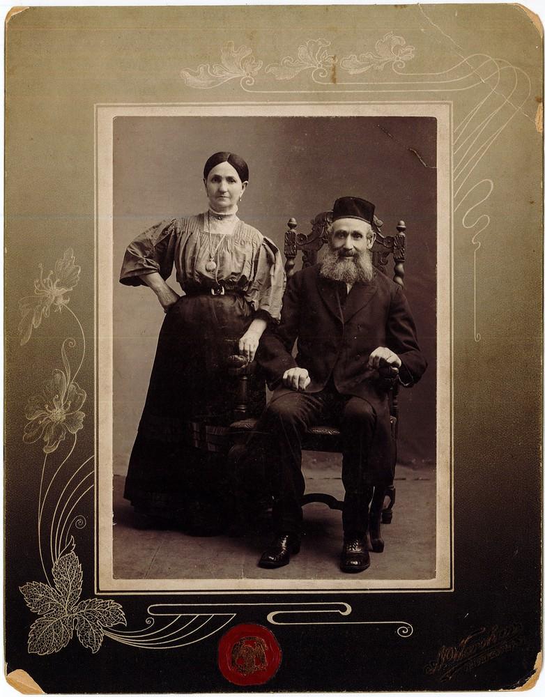 RG 120 - US 411 - Portrait of a couple.jpg